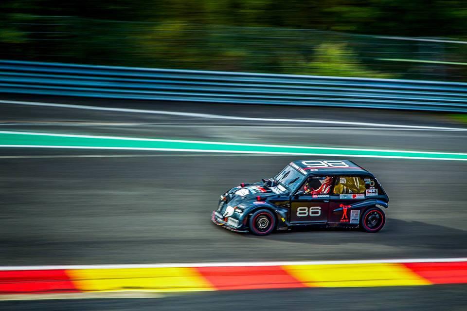 Snelle auto racing team op het circuit Smart Event Managers
